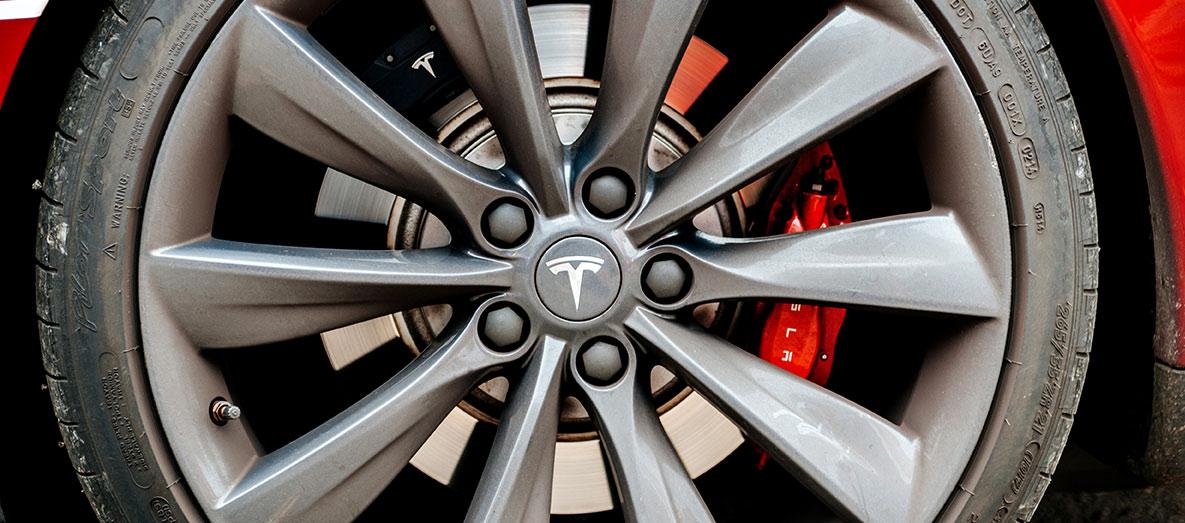 Bilde av bakhjulet på en Tesla model S med bremser